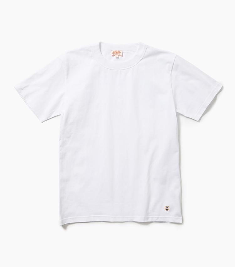 <b>19.アルモーリュクスの白Tシャツ</b><br />一枚で着ても透けにくい厚手のコットンを使用。シルエットも良く、リーズナブルなパックTとは異なる価格相応の存在感が手に入る。裾には錨のワンポイント付き。6800円(エリオポールメンズ銀座)