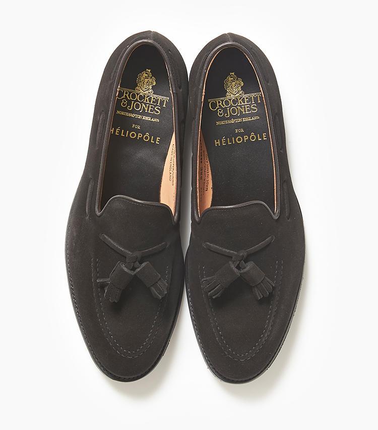 <b>24.クロケット&ジョーンズの黒タッセルローファー </b><br />英国靴老舗を代表する定番モデル「キャベンディッシュ」を黒のスエードで別注。タッセル付きのスリッポンは、今年のトレンドでもある。6万9000円(エリオポールメンズ銀座)