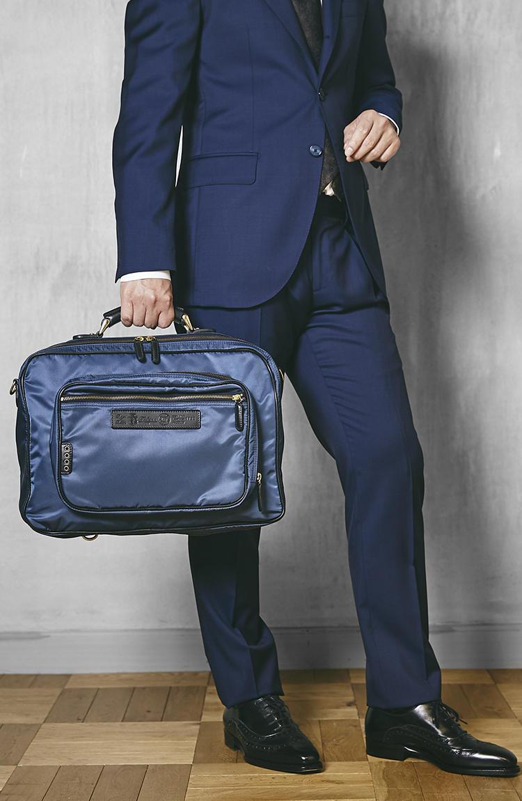 <strong>1735/DS</strong><br />よくある3WAYバッグよりも若干コンパクトなサイズ感で、これが見た目のスタイリッシュさに大きく貢献している。ナイロンの美しいブルーがネイビースーツと抜群の相性だ。