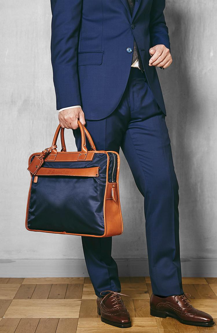 <strong>8637/2/DS</strong><br />長年にわたって人気No.1を誇る、ビジネスバッグの大ベストセラー。ブリーフケース型のドレス感、ナイロンの軽やかさ、レザーの本格感が見事に調和しているのが傑作たるゆえん。スーツ姿を軽快に見せつつ、品行方正で誠実なビジネスマン像をアピールできる。
