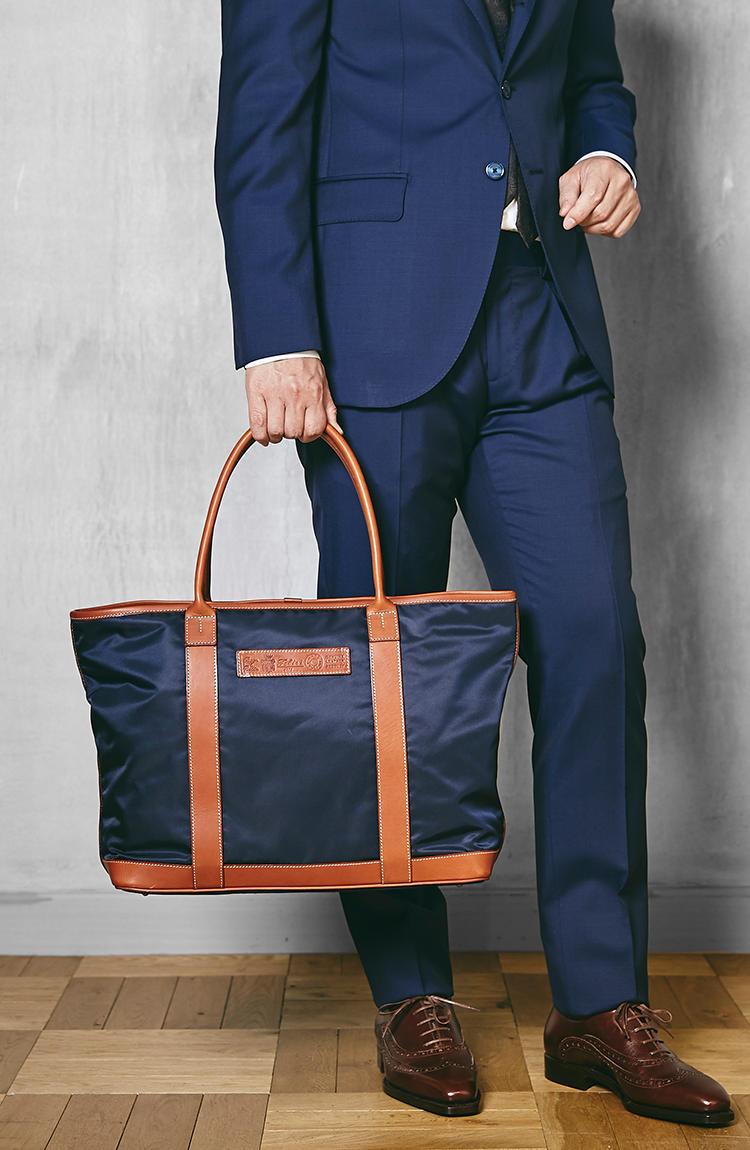 <strong>19/24/DS</strong><br />容量もたっぷり。荷物の多いビジネスマンには最適なバッグだ。オンだけでなく休日シーンにも活躍。縦31×横40×マチ15�p。6万9000円