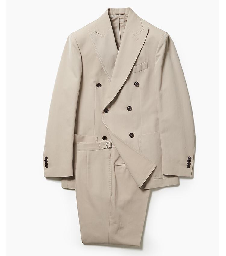 <b>1. デ ペトリロのベージュダブルスーツ</b><br />コットン50%+ウール50%によるベージュスーツ。綿100%に比べて生地感がスムースなため、よりエレガントに見えるのが特徴だ。ジャケットはボタン間隔が狭めで現代的な印象の一方で、パンツは2プリーツのサイドアジャスター付きベルトレスで、ウエスト後部が一枚パーツになったビスポーク的デザイン。18万円(アイネックス)
