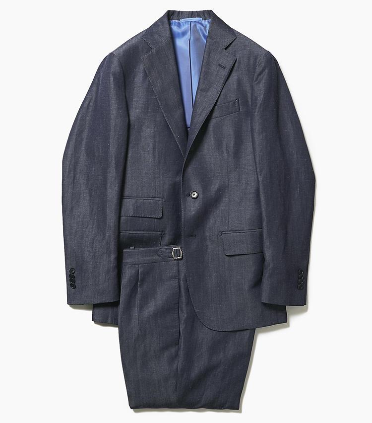 <b>2.デ ペトリロのデニム調スーツ</b><br />ルックスはデニムのようだが、こちらはウール56%+リネン44%でデニム調に織り上げた生地。ほのかな光沢を備え、非常に上品な印象のうえ、着心地も清涼感・軽快感にあふれている。こちらはチェンジポケットを備えたブリティッシュテイストのデザインだが、ややスリムなラペルが今どきな軽快感も醸し出している。15万6000円(アイネックス)