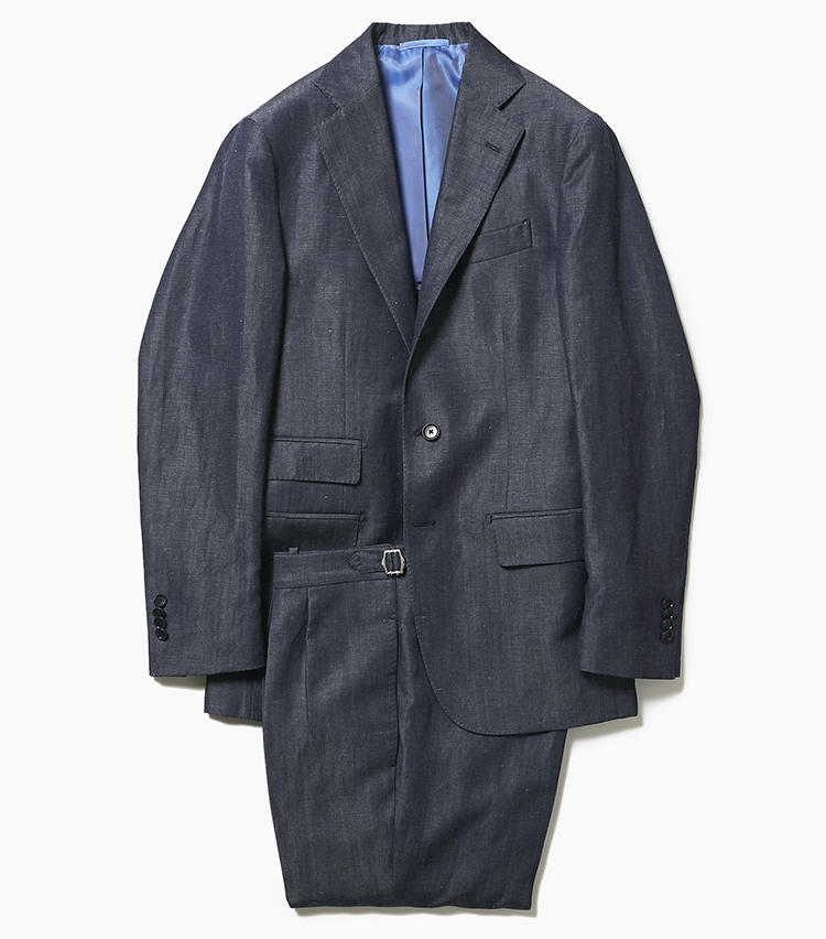 <b>2.デ ペトリロのデニム調スーツ</b><br />ルックスはデニムのようだが、こちらはウール56%+リネン44%でデニム調に織り上げた生地。ほのかな光沢を備え、非常に上品な印象のうえ、着心地も清涼感・軽快感にあふれている。こちらはチェンジポケットを備えたブリティッシュテイストのデザインだが、ややスリムなラペルが今どきな軽快感も醸し出している。15万6000(アイネックス)