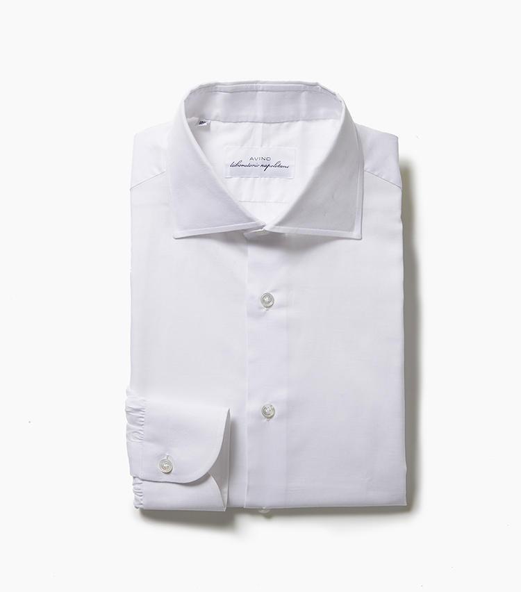 <b>4.アヴィーノ ラボラトリオ ナポレターノの白シャツ</b><br />王道の白無地シャツは着回しワードローブから外せないところだが、今回はリネンコットン素材をチョイス。わずかにスラブが浮いた素材感のため、Vゾーンに清涼感ある春夏のニュアンスをプラスできる。アヴィーノはナポリの超実力派ブランドで、随所に手縫いを採用した上質な仕立ても見どころ。3万5000円(ユナイテッドアローズ 六本木ヒルズ店)