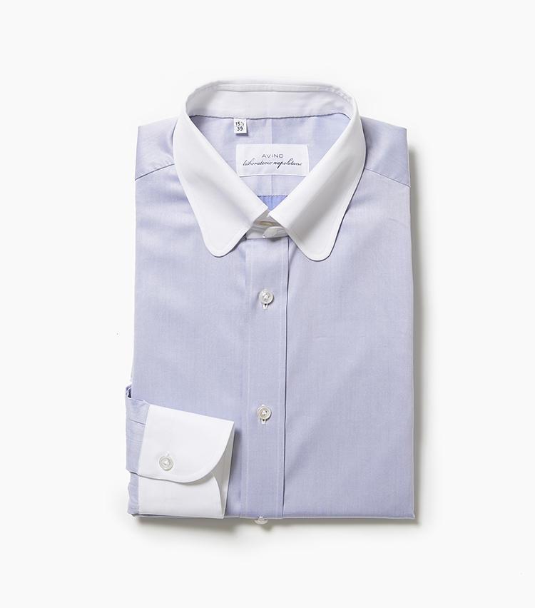 <b>5.アヴィーノ ラボラトリオ ナポレターノのクレリックシャツ</b><br />ラウンドシェイプのタブカラー、しかもクレリックというデザイン性に富んだ一着。タブによりネクタイのノットが持ち上がり、かつコンパクトに見えるため引き締まった端正さを演出する一方、丸襟が柔和さ、青白のクレリックが爽やかさも同時に演出してくれる。生地はしっかりとしたオックスフォードでスポーティな表情。3万5000円(アイネックス)