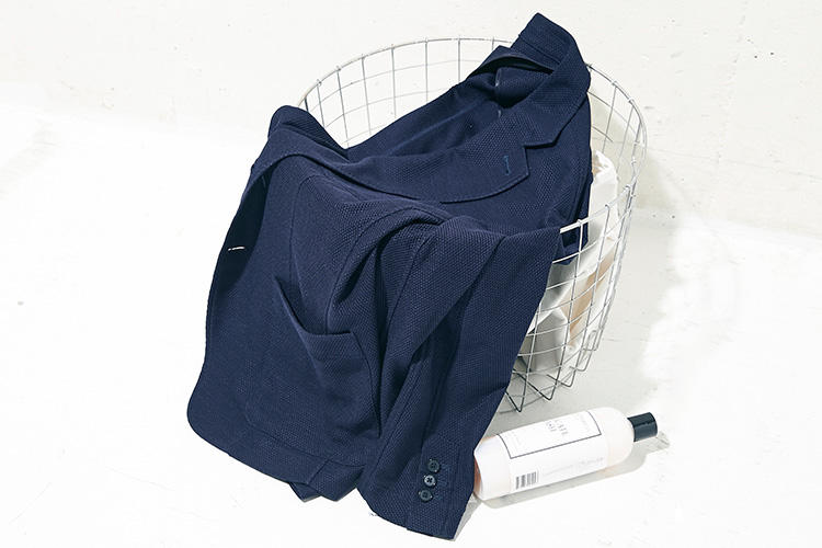 <strong>シルクなのに手洗い可能!</strong><br />上質素材はデリケートなのが常だが、本作はその二律背反を見事解消。ジャケット・パンツともに自宅で手洗いが可能だ。いいものを傷めたくないから……と気兼ねすることなくガンガン着用できる。