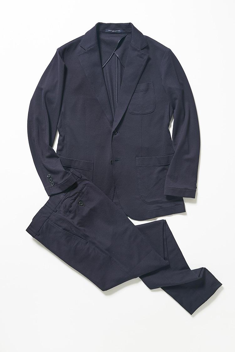 <strong>よりドレッシーに着たい方は</strong><br />同じウォッシャブルシルクだが、ややスムースな素材感のカルゼ柄も展開。よりドレッシーに着たい方はこちらがおすすめだ。ジャケット5万3000円、パンツ2万1000円/以上タカシマヤ
