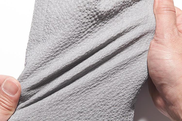 <strong>そのうえストレッチ!</strong><br />サラリとした肌触りに加え伸縮性も備えているため、いっそうの快適性を実現。
