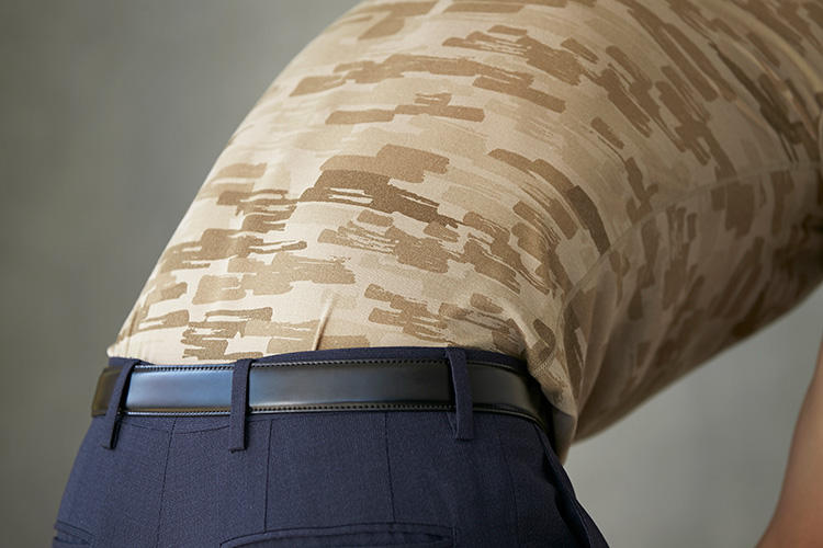 <strong>丈長め</strong><br />着丈をやや長めに設定することで、かがんだときや腕を上げたときなどにアンダーシャツの裾がパンツから飛び出してしまうのを防ぐよう計算されている。