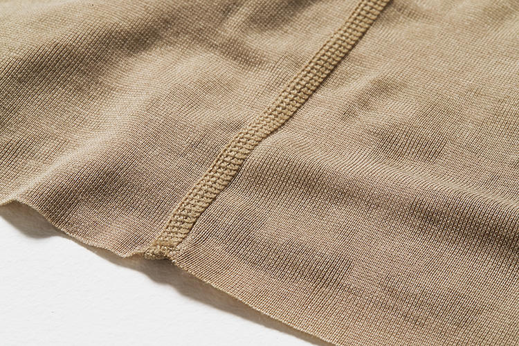 <strong>フラットシーム</strong><br />通常は2枚の生地が重なる縫製面を、一枚の生地のように縫い合わせる仕立てを採用。縫い目の凹凸を極力抑えることで、滑らかで快適な肌触りを実現している。