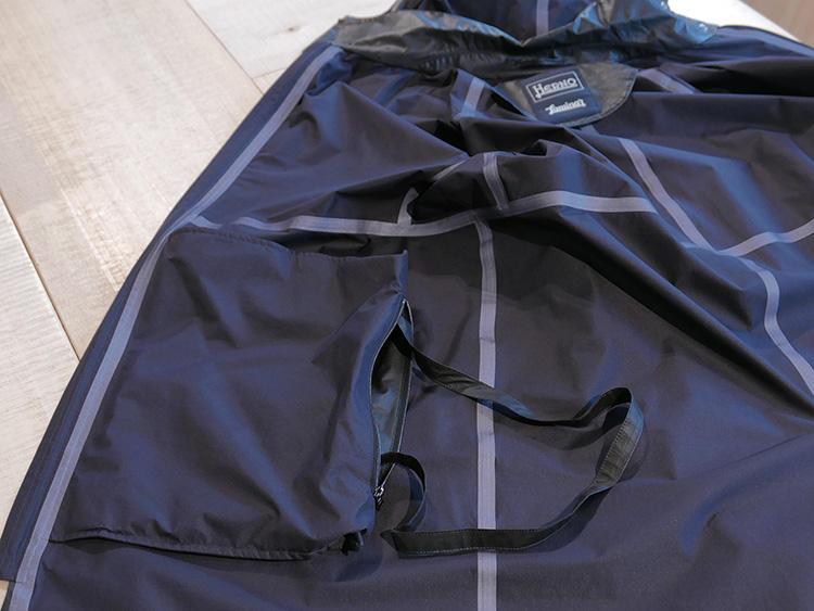 ポケットの内側は、折り畳んだときに携帯ポーチとして使える作り。