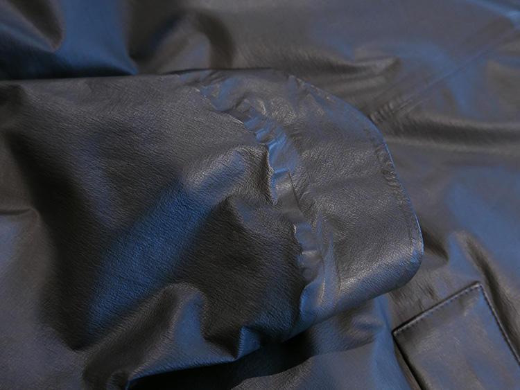 袖は、自転車などに乗ったときも雨が手にかかりにくいよう、手の甲部分が長めに。