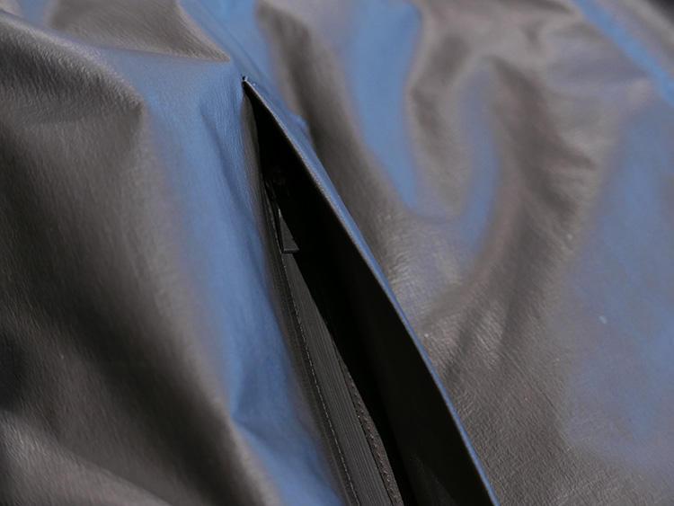 ポケットの内側には、止水ジップを採用。