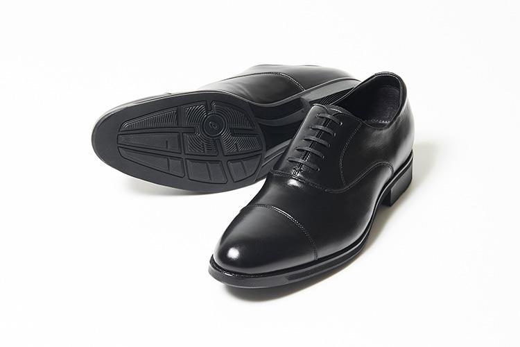 <strong>アシックス ランウォーク</strong><br />アシックス社が手掛けるブランド、ランウォークのゴアテックスRファブリクスを搭載したストレートチップ。中敷にランニング靴用のオーソライトを採用し、ヒールにクッション素材のジェルが内蔵される。着地衝撃を和らげ、高反発性による歩行時の推進力は驚くほど高い。3万6000円(バーニーズ ニューヨーク カスタマーセンター)