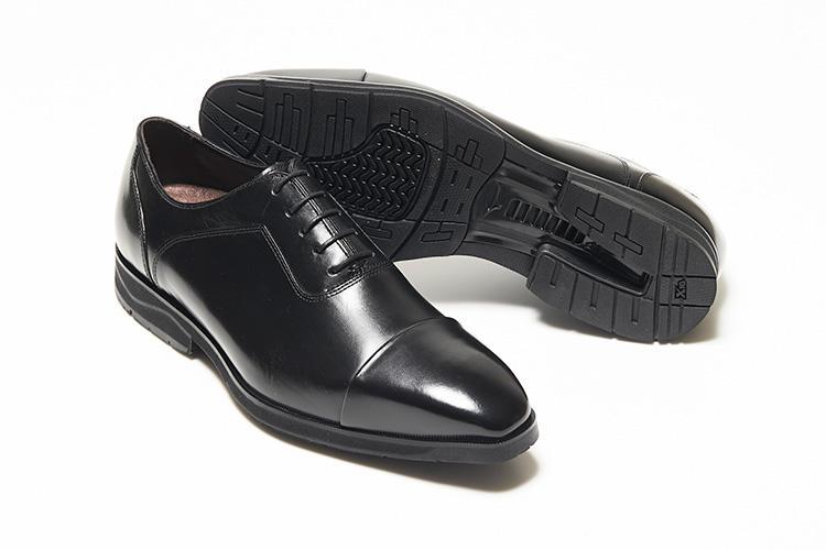 <strong>マドラス ウォーク ミズノ セレクト</strong><br />職人が染め上げる革の表情が味わい深い「NWZ0005」。インソール先部分には吸湿速乾、消臭抗菌性に優れた素材を使用し、靴内の清潔さは保たれる。ソールには衝撃を吸収するクッション性と体のぐらつきを抑えるミズノウエーブ、通常のラバーと比べて耐摩耗性の高いリフトX10を搭載する。2万3000円(マドラスお客様相談室)
