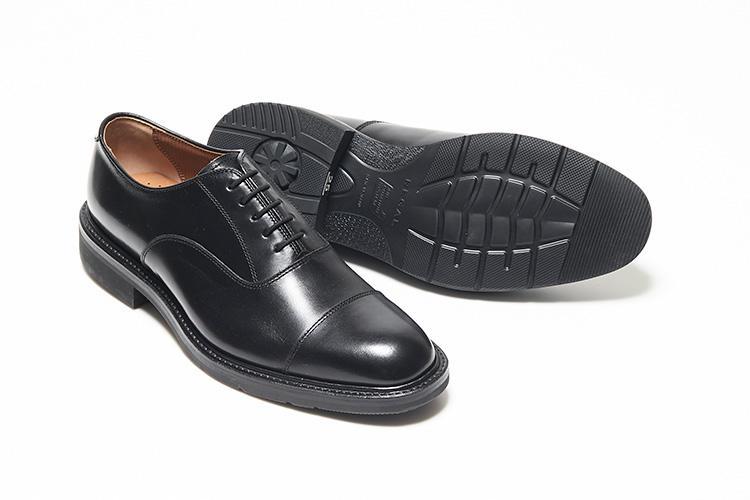 <strong>リーガル</strong><br />汎用性の高いシンプルでクラシックなキャップトウ。歩くことにより、空気を踵のポンプを用いて、靴全体に行き渡らせる循環システム、リーガルエアローテーションシステムを搭載する。靴内の熱気を緩和してくれるので夏でも蒸れにくい。堅牢なグッドイヤーウェルト式製法を採用。2万8000円(リーガルコーポレーション)