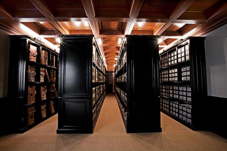 <strong>圧巻のアーカイブルーム</strong><br />350年以上の歴史が生み出してきた膨大なアーカイブ生地をストックした壮観な資料室。この遺産を研究しアップデートすることで、世界の服地トレンドをリードするVBCの提案が生まれるのだ。