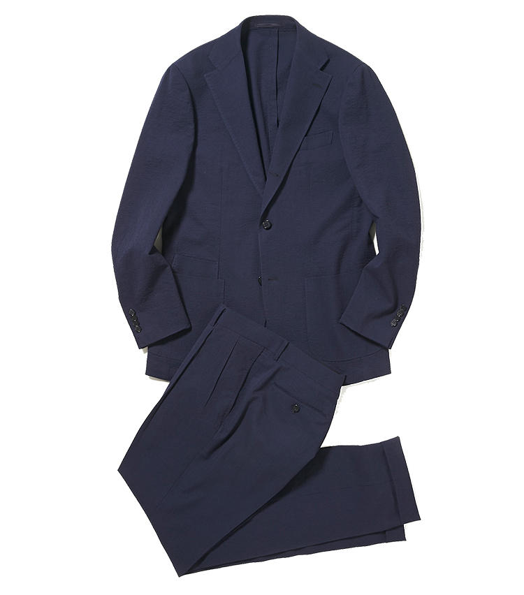 <b>1.リングヂャケットの紺バルーンスーツ</b><br />ブランドを代表する気球のように軽い着心地のバルーンシリーズに、サッカー地のウールスーツが登場。凹凸感のある生地は、汗をかきやすいこの時期、肌にさらっと心地いい。11万円(リングヂャケットマイスター206 青山店) ※ジャケットのみ使用