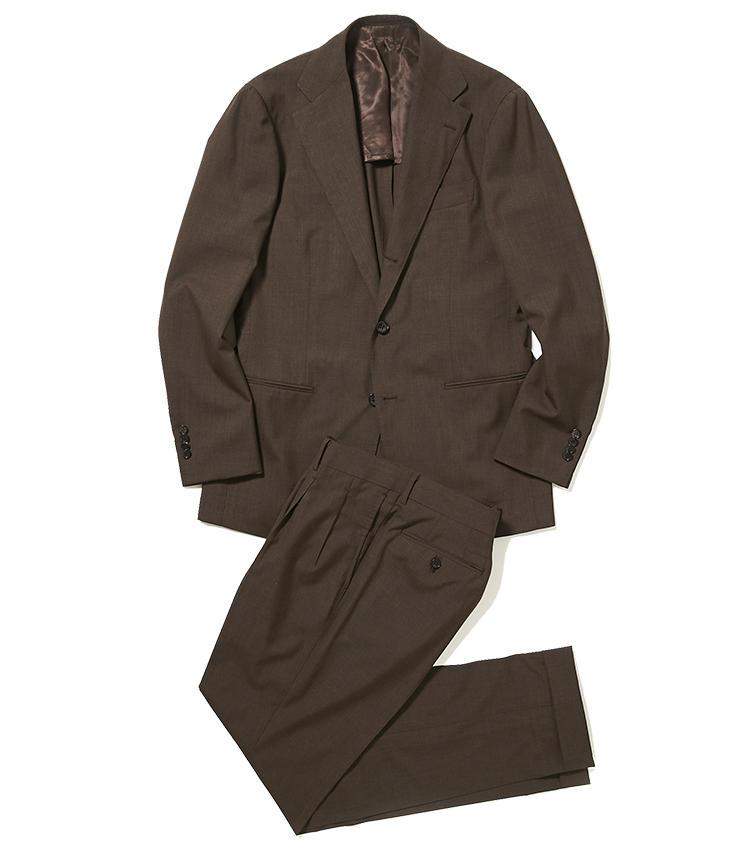 <b>2.リングヂャケット マイスターのブラウンスーツ</b><br />幅広のラペルを持つ新型ジャケットと、腰回りにゆとりをもたせたテーパードパンツが旬。イタリアのカルロ・バルベラ社のウール地は、気品あふれる優美なブラウンも魅力的だ。16万円(リングヂャケットマイスター206 青山店)