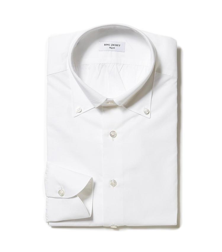 <b>6.リングヂャケット ナポリの白ボタンダウンシャツ</b><br />リネン混のコットンシャツは、かすかなシャリ感が体感温度を下げてくれる。このように素材で季節感を取り入れるのは、お洒落上級者の常套手段だ。3万6000円(リングヂャケットマイスター206 青山店)