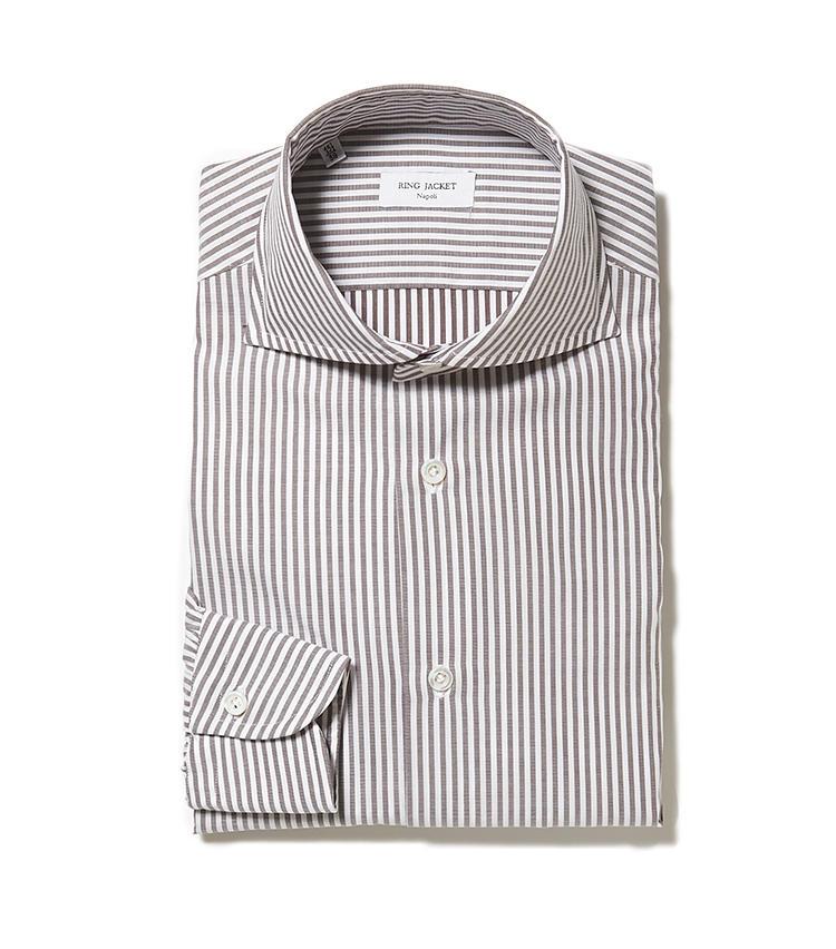 <b>8.リングヂャケット ナポリのブラウンストライプシャツ</b><br />ロンドンストライプシャツといえばブルー系が定番だが、シックなブラウンも狙い目。ワイドカラーなので、5月からのクールビズシーズンにノータイで着用しても様になる。3万8000円(リングヂャケットマイスター206 青山店)