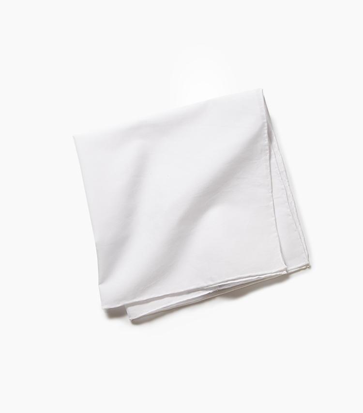 <b>15.カルロ リーバのコットンチーフ</b><br />夏の白チーフはこんなコットンやリネンがベター。艷のあるシルクチーフよりも涼しげに見える。1万1000円(リングヂャケットマイスター206 青山店)