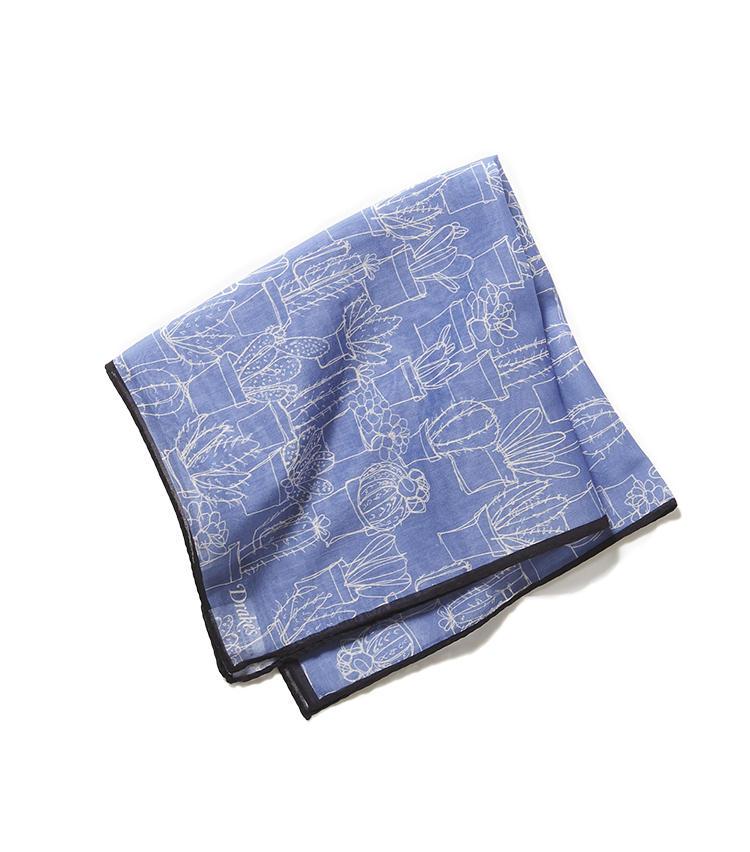 <b>16.ドレイクスのサボテン柄チーフ</b><br />軽やかなコットン混のシルクチーフ。遊び心が感じられるサボテン柄だが、地色がシックなブルーのためコーディネートは容易だ。9000円(リングヂャケットマイスター206 青山店)      17.リングヂャケットのグレーパンツ