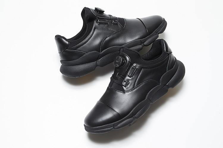 <strong>ジェイド</strong></br>��島屋が、靴作りのマドラス、アウトソールメーカーのヴィブラム、アパレルのナイガイの4社WO束ねて開発したスニーカー。牛革のアッパーは、ダイヤルを回すだけで調整できる「Boaフィットシステム」。驚異のグリップ性を発揮する「VibramRMEGAGRIP」と軽量でクッション性に優れた「VibramRMORFLEX」を組み合わせた独自のアウトソールで快適な歩行を約束する。2万円(日本橋��島屋S.C.本館6階紳士靴売場)