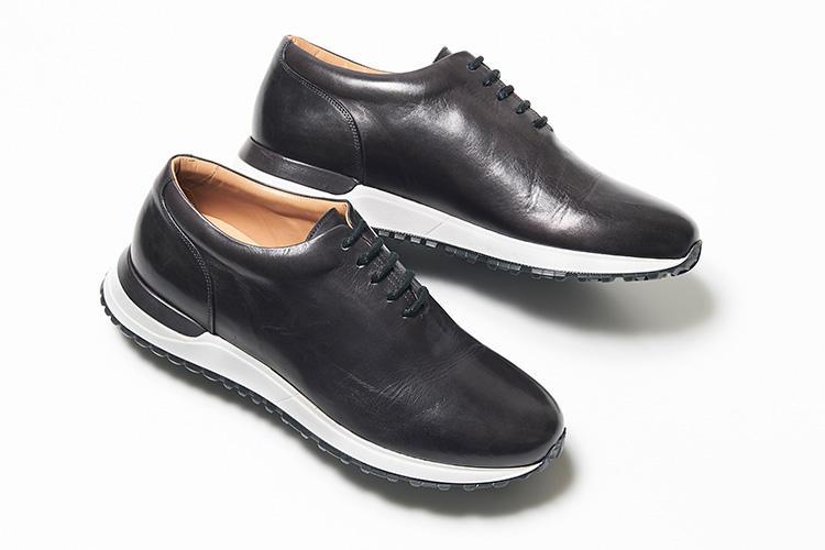 <strong>レッテリーゼ</strong><br />イタリアのナポリに拠点を構えるレッテリーゼ。アッパーには「タンポナートレザー」と呼ばれる熟練職人が手仕事で染め付ける革を使用。シンプルなホールカットが、奥深い手染めの表情を存分に味わえる。スラックスにも調和することを前提に、ドレス靴の木型を採用している。4万6000円(バーニーズ ニューヨーク カスタマーセンター)