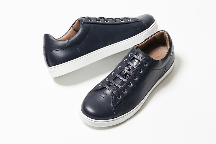 <strong>ジャンヴィト ロッシ</strong><br />伊・ミラノの歴史ある靴職人一家から誕生したラグジュアリーシューズブランド。上質なカーフスキンにデニムと呼ばれる深みのあるエレガントなネイビーのカラーリングが魅力。シンプルなデザインは着こなしを選ばず使いやすい。名門のDNAを受け継ぐレザーのライニングも高級感が漂う。6万9000円(ジャンヴィト ロッシ ジャパン)
