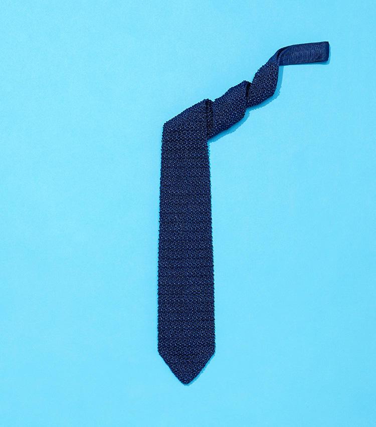 撥水のニットタイも! シルク糸の段階から「N-18」撥水を使用し、その後編み上げたネクタイ。1万1000円