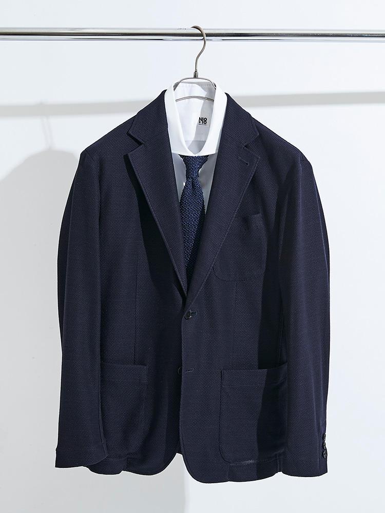 前述の「N-18」半袖シャツとニットタイを合わせて、上に紺ジャケを羽織れば、見事シンプルできちんと見える、「クールクールビズ」ルックが完成!