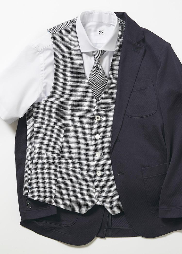 ネクタイとジレを同生地で仕上げたものも。こちらもN-18加工により、梅雨時などにも便利。ジレ1万8000円、ネクタイ9000円
