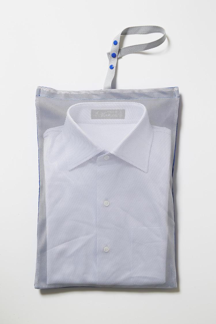 メンブラーナの半袖シャツには全て、メッシュ地の収納バッグが付属する。