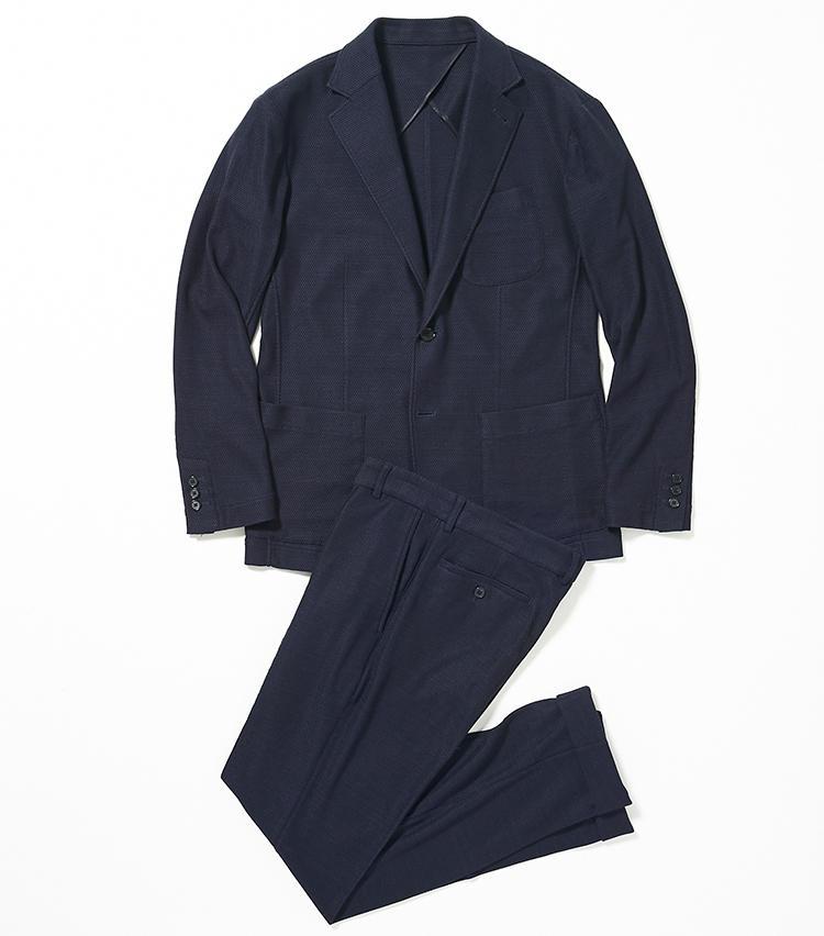 <b>1.タカシマヤの紺シルクセットアップスーツ</b><br />人の動きにフィットする動体裁断のセットアップスーツは、シルクハニカムのジャージー素材で、軽くてシワになりにくい通気性抜群のノンストレス仕様。しかも不意の雨にも対応する撥水性を持ち、家でも洗えるという優れもの。夏場にスーツを着なければならない日も、こんな一着なら終日快適に過ごせるはずだ。7万4000円(新宿高島屋)