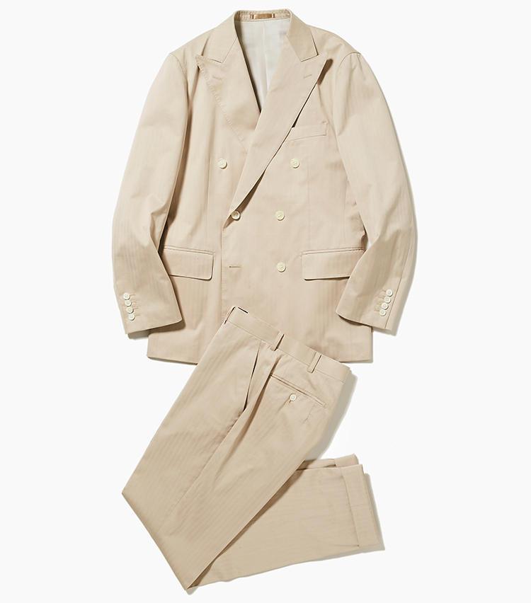 <b>3.タカシマヤ スタイルオーダー サロンのコットンセットアップスーツ</b><br />ベージュのコットンスーツは見た目に涼しげ。淡色ならではの華やかさもあるため、夜の会食やパーティなどにも対応。こちらはダブルスーツで7万4000円〜オーダー可能。<オーダー価格>(新宿高島屋)