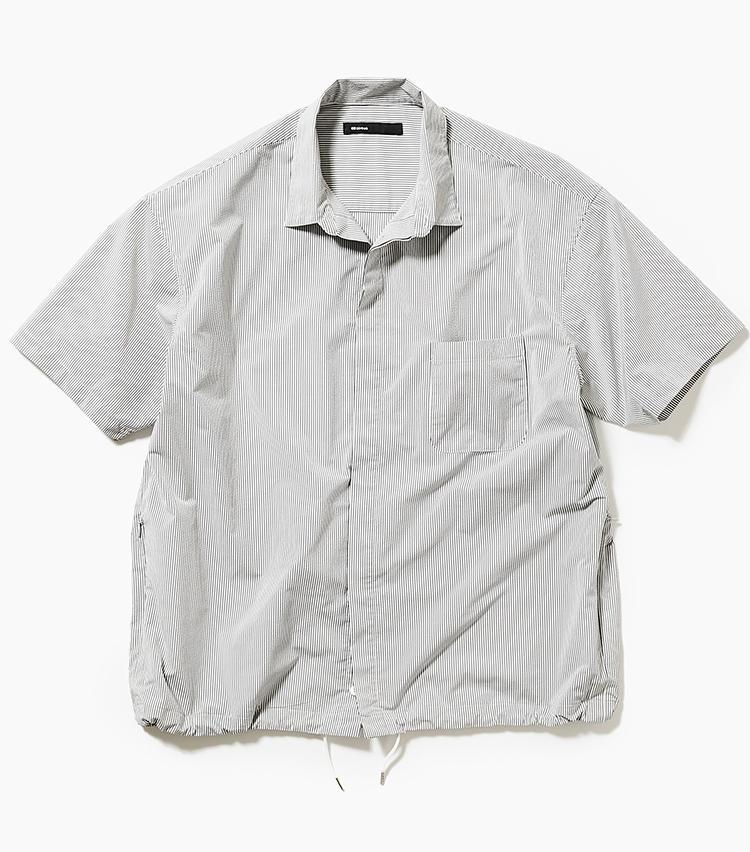 <b>11.08サーカスの半袖ストライプシャツ</b><br />多くのブランドでチーフデザイナーを務め、パリでも認められた森下公則氏が手掛けるゼロハチサーカスには、気の利いたシンプル服が充実。裾を絞れる比翼仕立てのシアサッカーシャツは、トップス一枚でもこなれた雰囲気に仕上がる。3万1000円(新宿高島屋)