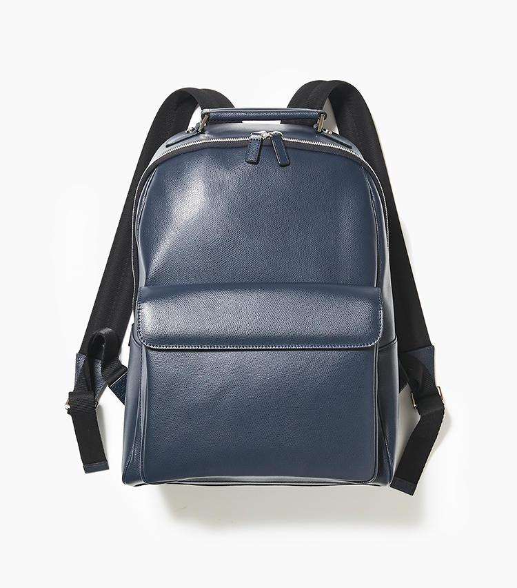 <b>20.ドゥカートディミラノの紺バックパック</b><br />レザー製のバックパックは、通勤からタウンユースまでカバー。背面にはメッシュ素材があしらわれ、ストラップもナイロン素材のため、汗をかいても快適に背負える。縦29×横39×マチ16cm。5万5000円(新宿高島屋)