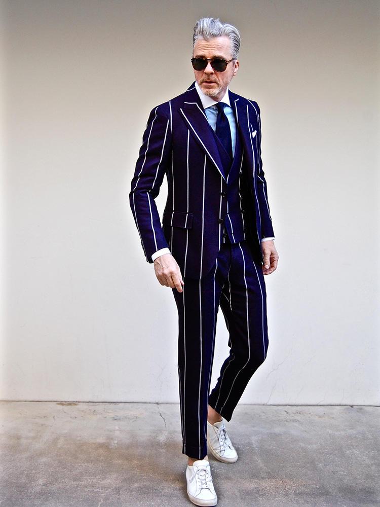<strong>4.ネイビースーツは仕事用だけじゃない!</strong><br />結婚式の二次会や誕生日会などのカジュアルパーティに、かっちりしたネイビースーツは野暮。例えばホワイトストライプが際立つスリムなネイビースーツは、パーティの洒落着にもってこい。素足に白スニーカーで外すのも、今の時期らしいお洒落だ。