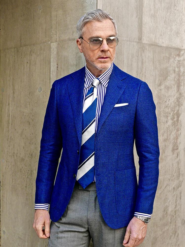 <strong>7.チャレンジカラーは余白をつくれば攻略可</strong><br />見慣れたネイビー×グレーのジャケパンスタイルも、マリンブルー×アイスグレーなら一気に夏。こうした着慣れない色を着るときは、随所に白を多用すると色の個性が中和され、自分に引き寄せて着こなすことができる。