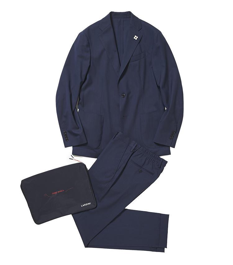 <b>2.ラルディーニの紺パッカブルスーツ</b><br />畳んでコンパクトに持ち運べるスーツは、出張スーツの傑作と評判。芯地や裏地を省いた軽量仕立てだが、素材はウールベースのためハリがあって高級感もしっかりある。収納袋付き。12万9000円(阪急メンズ東京)※ジャケットのみ使用