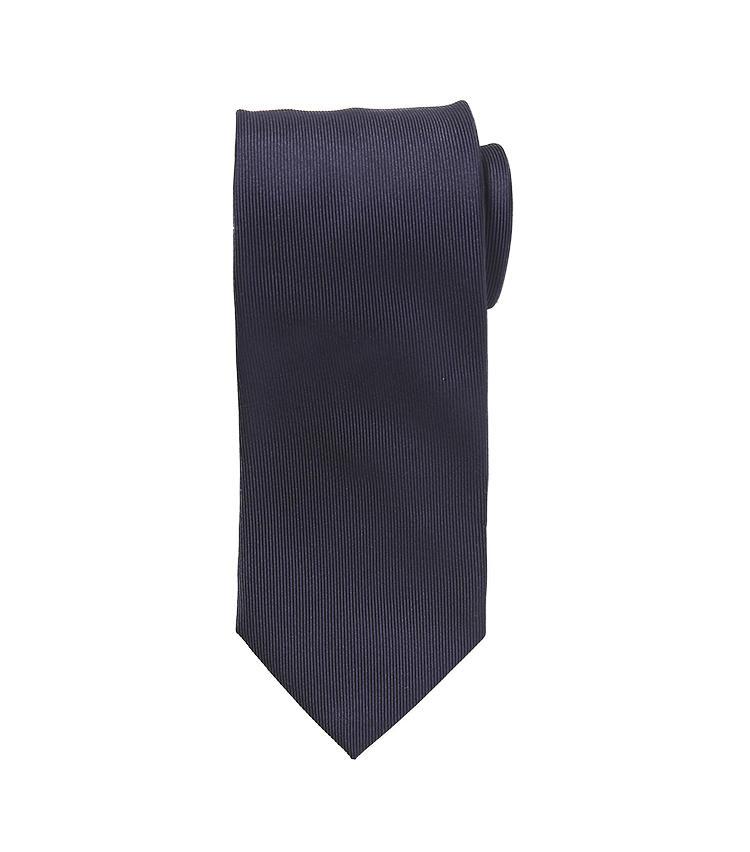 <b>8.ラルディーニの紺ネクタイ</b><br />シルク100%の紺無地ネクタイは、光沢を抑えた生地使いに品格が漂う。誰もが持っているこんな定番色のネクタイこそ、周囲と被らない特別なものを奮発したい。1万5000円(阪急メンズ東京)