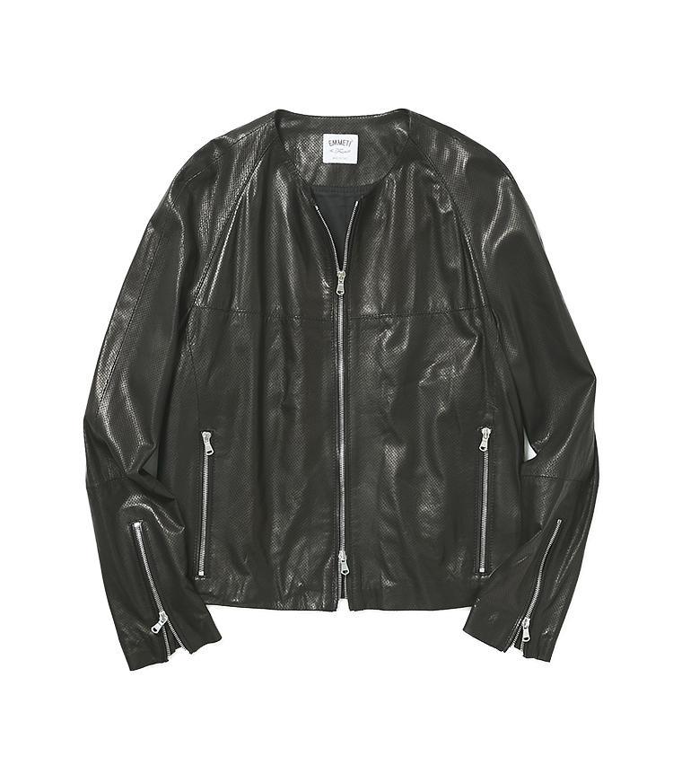 <b>20.エンメティの黒レザージャケット</b><br />朝晩はまだまだ羽織るものが欲しいこの時期、シャツ感覚の極薄レザージャケットは大活躍。すっきりしたノーカラーなので、中に着るものは襟付き・襟なしどちらでも似合う。14万5000円(阪急メンズ東京)