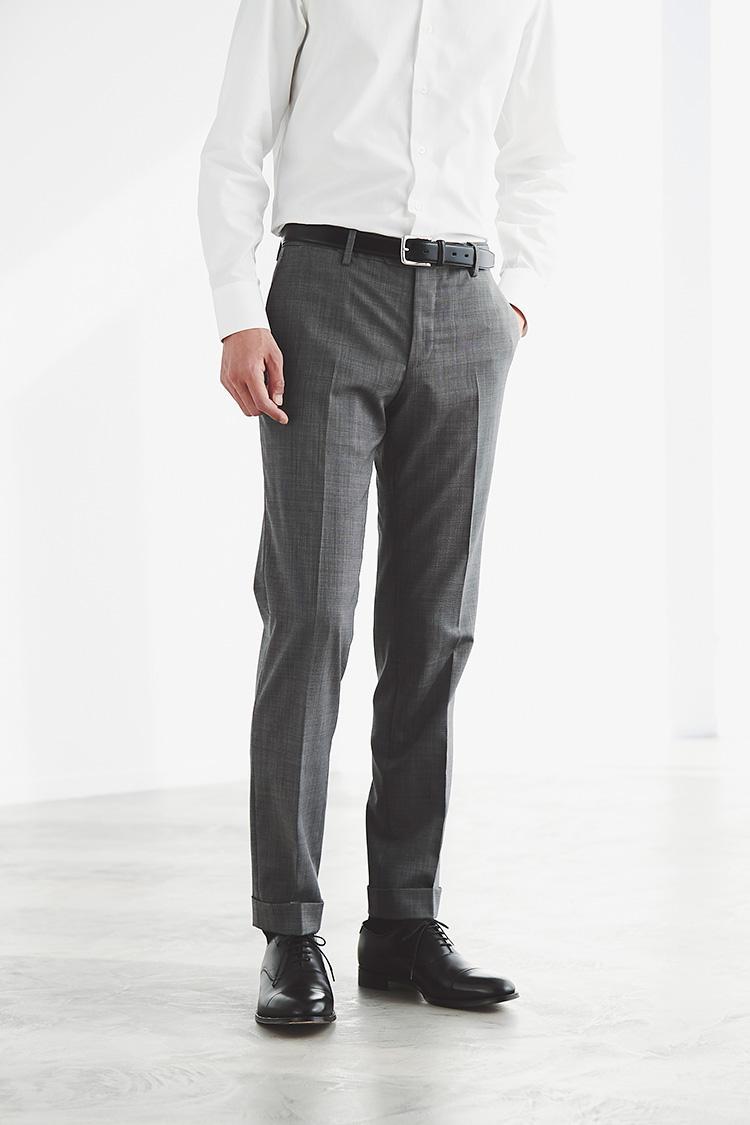 <strong>細身なズボンのシルエットも崩さない</strong><br />フィット感の高い極薄のメッシュ地と裾に縫い目のないカットオフ仕立てにより、トラウザーズのシルエットを崩す心配もない。