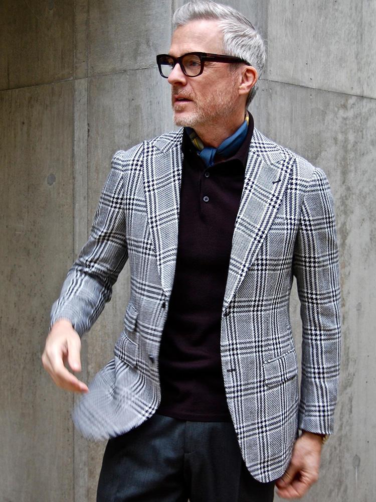 <strong>4.メリハリの妙</strong><br />大柄のジャケットに対して、インナーとパンツは地味色で控えめにまとめて、ジャケットを引き立てたコーディネート。プリントスカーフも微量を覗かせる程度にした、引き算コーディネートも見習うべきものがある。