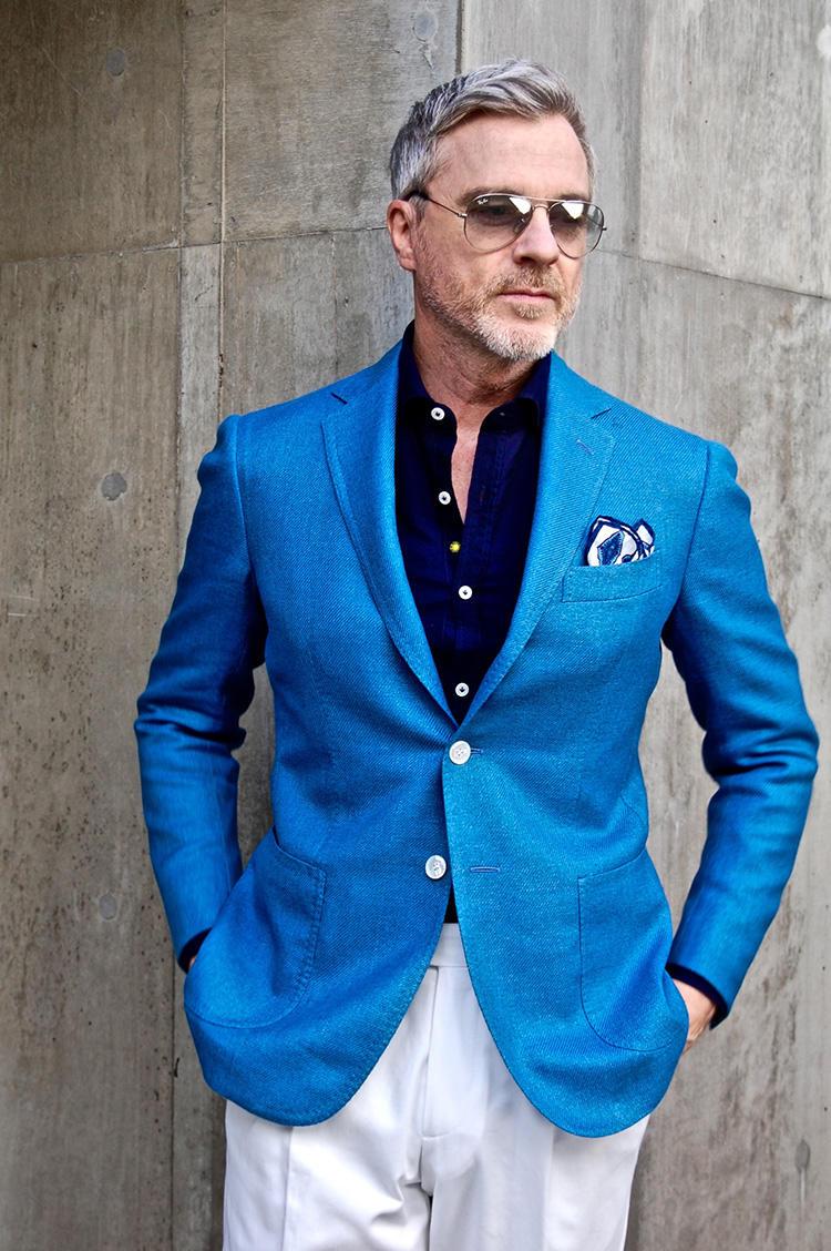<strong>5.カラージャケットでアンチエイジング</strong><br />顔周りが華やぐカラージャケットは、最高のアンチエイジング。ここでは鮮やかな青のジャケットに合わせて、紺のインナーとチーフを選択。4のコーディネート同様、派手めのジャケットは他のアイテムを控えめにすると全体が調和する。
