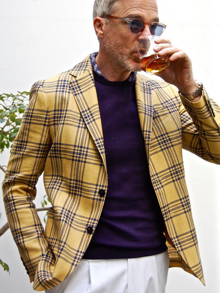 """<strong>6.くすみ色のカラージャケットなら簡単</strong><br />カラージャケットはマスタードイエローのような少しくすんだ色合いなら、どんな肌色にも馴染みやすい。コーディネートはジャケットの柄色から拾った紺で統一。首元からチラリと覗かせた別柄のシャツも、""""やるな""""と思わせるコーディネートに貢献。"""