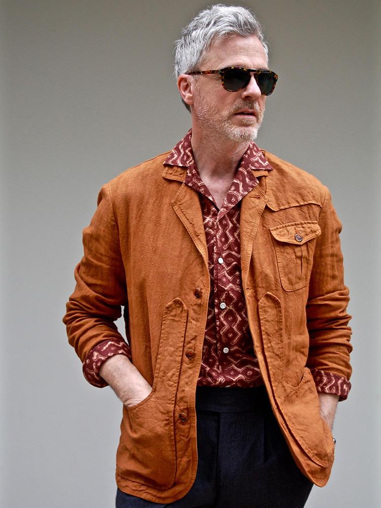 """<strong>7.男はギャップ! 意外性で魅せる</strong><br />遠目では上半身ブラウンだが、実はブラウンの無地と柄物を重ね着した、タダモノではないコーディネート。つい中にTシャツを着込みがちな方は、デビッドの多彩なテクニックにならえば、""""いつも同じ服の人""""という不名誉な印象から抜け出すことができるはずだ。"""