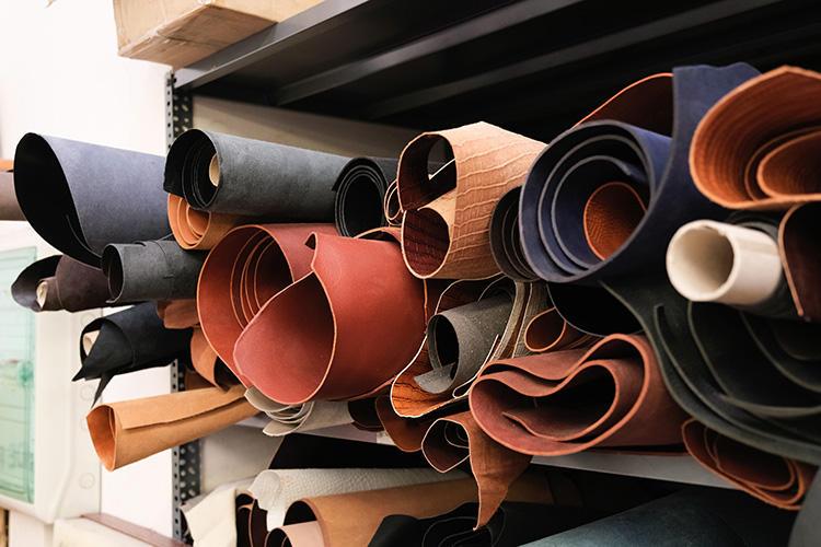工場に保管されているレザーのストック。上質なパーツのみが厳選されている。